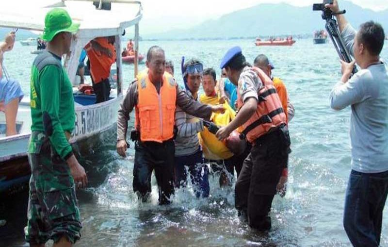 rescue-personnel-help-victims-of-boat-blast
